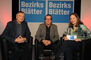 Chefredakteurin Stefanie Schlenker von den Bezirksblättern im Gespräch mit AMS-Geschäftsführer Siegfried Steinlechner und Hans Holzinger von der Robert-Jungk-Bibliothek für Zukunftsfragen